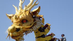 Le public chinois découvre le «Long Ma, l'esprit du cheval-dragon» sur le site olympique de Pékin.
