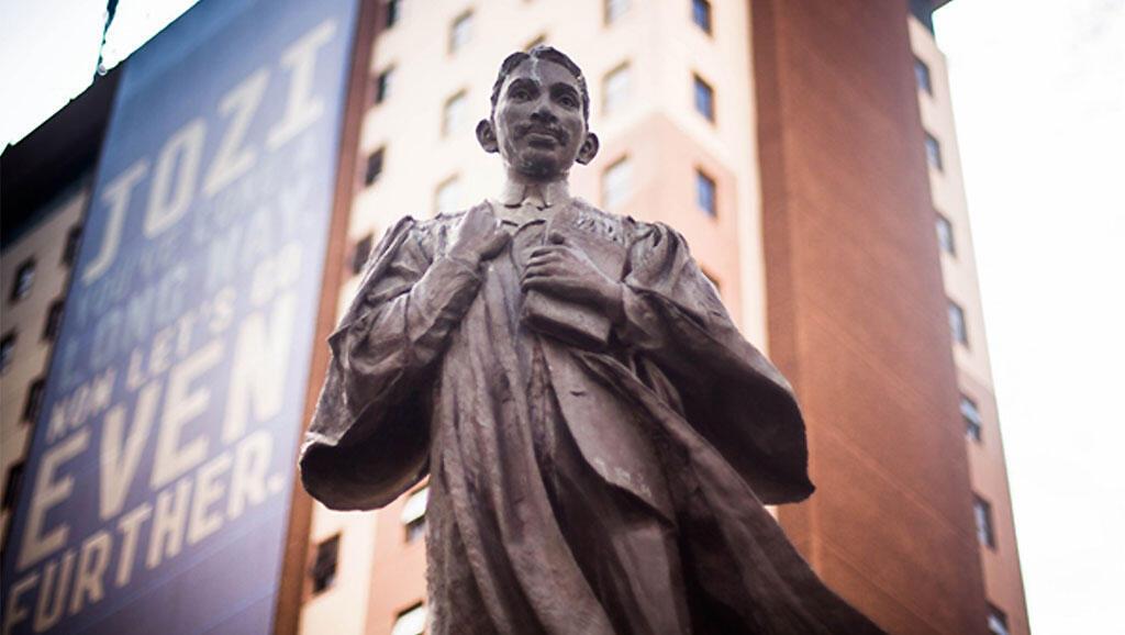 Johannesbourg, Gandhi Square. La statue de Mohandas Gandhi, jeune homme, lorsqu'il était avocat en Afrique du Sud (1893-1914).
