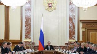 Thủ tướng Nga Dmitry Medvedev chủ trì cuộc họp của chính phủ ngày 14/06/2018 về việc nâng tuổi về hưu.