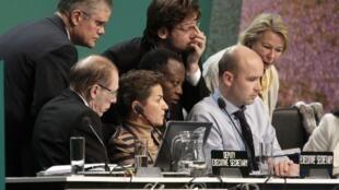 Marcin Korolec, le président du COP 19, entouré de ses assistants, le 23 novembre 2013.
