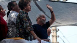 Ao lado da ex-presidente Dilma Rousseff, Lula acena para a multidão em discurso realizado neste sábado (7), em São Bernardo do Campo.