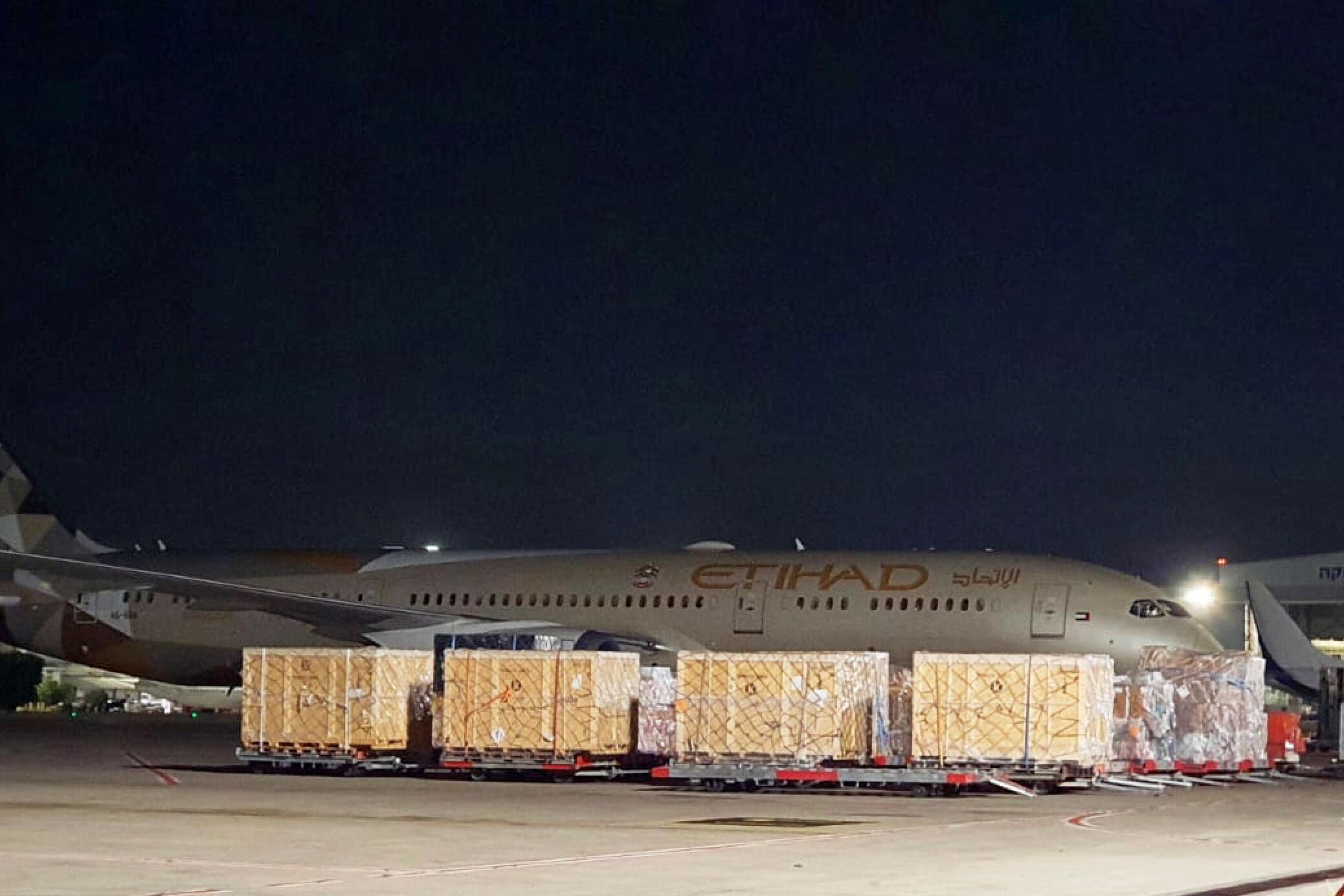 Un avion des Émirats arabes unis a atterri à l'aéroport de Tel Aviv, transportant de l'aide humanitaire pour aider les Palestiniens à surmonter la crise du coronavirus.