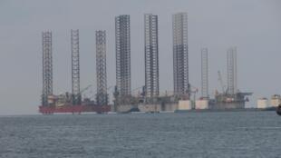 Une plateforme pétrolière à quelques kilomètres de la plage de Port-Gentil, le 10 mai 2019.