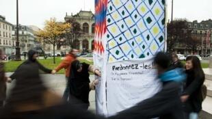 Manifestation symbolique contre les résultats du référendum, autour d'un minaret de carton, à Genève.