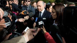 لوران فابیوس- وزیر خارجه فرانسه در جمع خبرنگاران در حاشیه مذاکرات