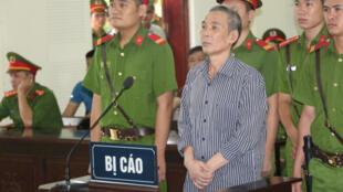 Le Dinh Luong écoute le verdict de son procès, ce jeudi 16 août 2018.