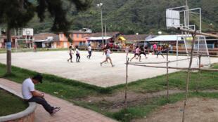 La place du bourg de Toribío où les enfants jouent est régulièrement sous le feu des balles.