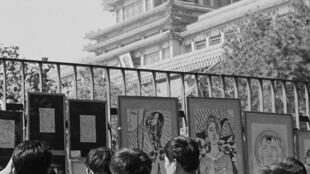 1979年9月,中国第一个民间街头美术展览,星星美展在中国美术馆外举办,摄影/李晓斌