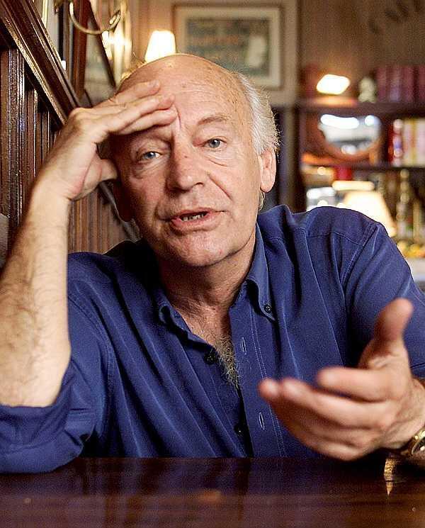 """Eduardo Galeano en """"El Brasilero"""", su bar preferido de Montevideo, el 25 de octubre de 2002."""