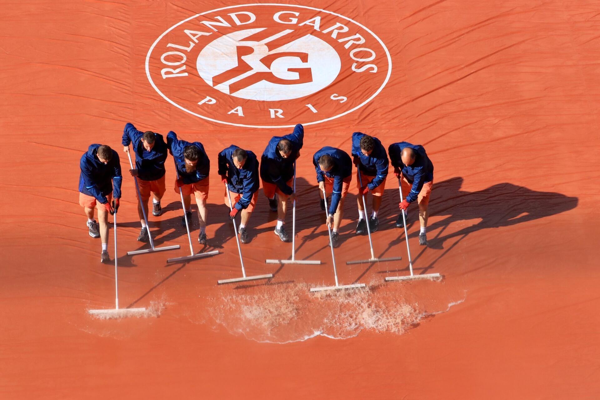 Funcionários retiram a água da chuva que cobriu as quadras de Roland Garros nesta terça-feira, 6 de junho de 2017.
