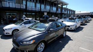 La empresa estadounidense Uber suspendió el lunes su programa de vehículos autónomos después de que uno de estos autos atropelló y mató a una peatona en el estado de Arizona.