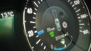Le régulateur intelligent empêche le véhicule de dépasser la vitesse maximum autorisée.