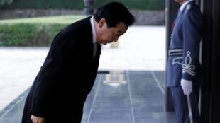 日本新首相野田佳彦(左)抵达皇宫准备向日本天皇明仁宣誓就职,东京2011年9月2日。