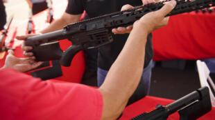 La legislación aprobada en el Senado y la Cámara de Representantes de Texas -dominadas por republicanos- el mes pasado, permitirá que cualquier mayor de 21 años que no tenga prohibido poseer un arma de fuego la pueda llevar en público sin permisos