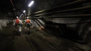 Ouvriers dans une mine de platine en Afrique du Sud.