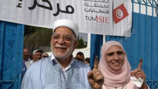 首次代表伊斯兰复兴运动党参选的穆鲁(Abdelfattah Mourou)夫妇投完票出来。2019年9月15日