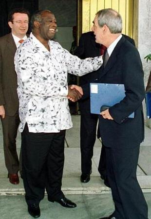 Laurent Gbagbo, presidente cessante da Costa do Marfim com o socialista francês Henri Emmanuelli, na sua residência de Cocody em Abidjã, a 27 de Fevereiro de 2003.