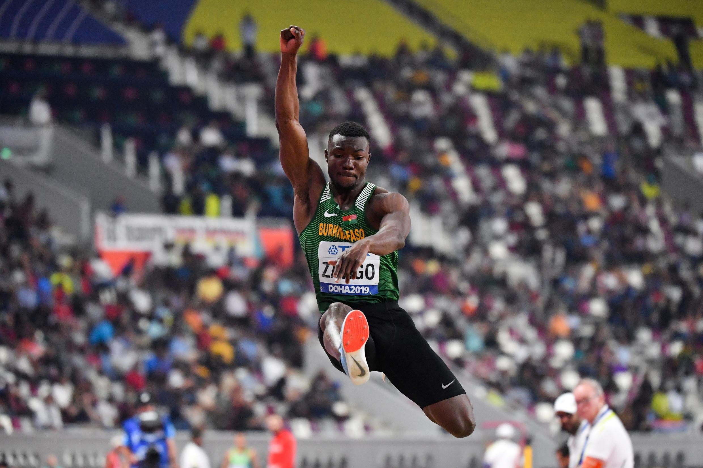 Le Burkinabè Hugues-Fabrice Zango, lors du concours du triple saut aux Championnats du monde, le 29 septembre 2019 à Doha (Qatar)