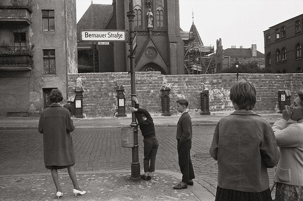 L'église de la Réconciliation devant le mur de Berlin en 1961.