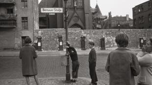 L'église de la Réconciliation devant le mur de Berlin en 1961