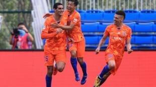 L'international belge Marouane Fellaini (à gauche) a été l'un des acteurs de la reprise du championnat de football en Chine