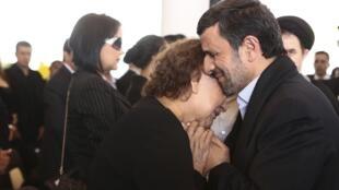 النا فریاس، مادر هوگو چاوز در آغوش محمود احمدی نژاد
