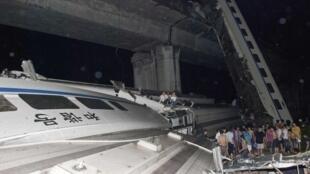 7月23日中国高速列车在温州附近发生追尾事故两节车厢出轨坠桥,至少造成38人死亡