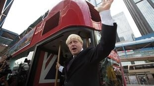 Boris Johnson monte à bord d'un bus à impérial rouge lors d'un voyage à Hong Kong en 2013 lorsqu'il était maire de Londres.