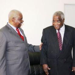 Rais wa Msumbiji, Armando Guebuza, akiwa pamoja na kiongozi wa waasi wa Renamo, Afonso Dhlakama.