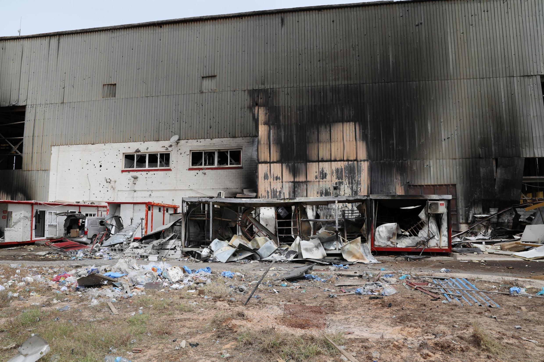 Des dommages sont constatés à la suite du bombardement de l'aéroport Mitiga de Tripoli, à Tripoli, en Libye, le 10 mai 2020.