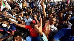 Maandamano ya furaha huko Khartoum baada ya Omar el-Bashir kutimuliwa madarakani, Aprili 11, 2019.