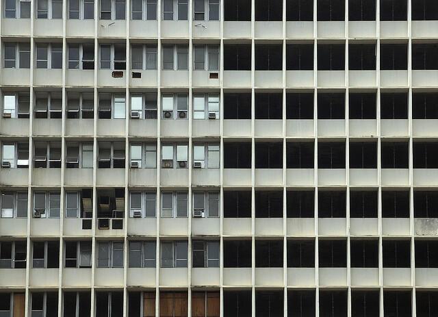 O edifício do Hospital Universitário do Fundão (UFRJ), que nunca teve sua construção concluída, em cena do documentário 'HU', de Pedro Urano e Joana Traub Csekö.