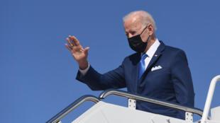 El presidente de Estados Unidos, Joe Biden, saluda desde el avión Air Force One en Maryland, el 26 de marzo de 2021