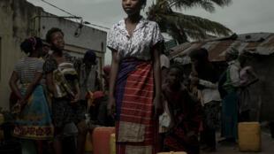 La population cherche à se ravitailler en eau dans le village de Praia Nova au Mozambique.