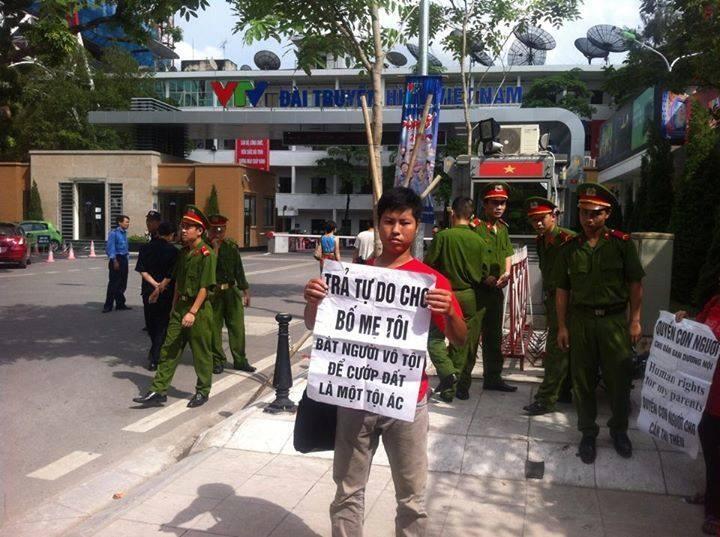 Anh Trịnh Bá Phương, con của bà Cấn Thị Thêu và ông Trịnh Bá Khiêm biểu tình trước tòa án ngày 19/09/2014 trước lúc bị bắt.