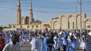 Pendant la détention du blogueur Mohamed Mkhaïtir des manifestant savaient appelé à son exécution. (Photo prise devant la mosquée de Nouakchott le 10 novembre 2017)