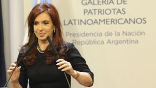La présidente argentine Cristina Fernandes de Krichner a annoncé dans un discours sur la situation des Malouines, l'intention de son pays de saisir l'ONU sur le différend qui l'oppose au Royaume-Uni sur cet archipel.