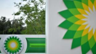 Los logos de la petrolera BP el 15 de junio de 2020 en una estación de autoservicio en Hildenborough, Reino Unido