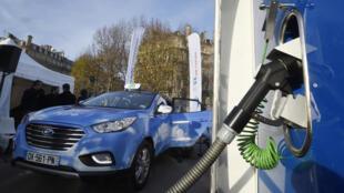 La première station de recharge d'hydrogène à Paris installée par Air Liquide et un taxi électrique à hydrogène de la compagnie Hype.