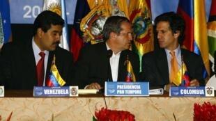 El canciller ecuatoriano Ricardo Patiño, rodeado por el venezolano Nicolás Maduro y el colombiano Jaime Bermúdez.