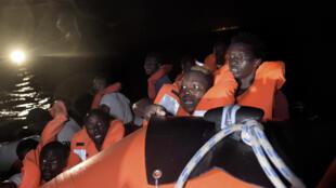 Migrantes na costa da Líbia