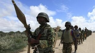 Les soldats de la paix de la Mission de l'Union africaine en Somalie (AMISOM) patrouillent dans la périphérie de Mogadiscio, 22 mai 2012.