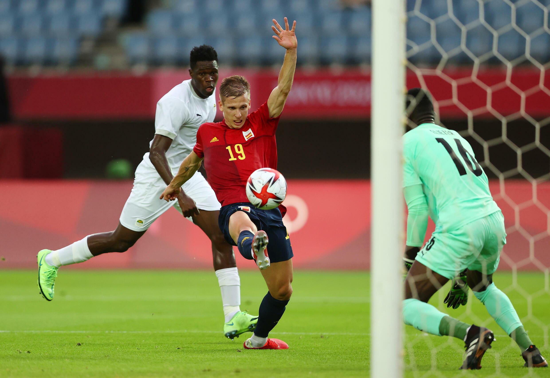 L'Espagnol Dani Olmo profite de l'erreur de transmission de l'Ivoirien Wilfried Singo pour égaliser, le 31 juillet au tournoi de football des Jeux olympiques.