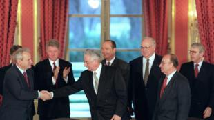 Signature de l'accord de paix sur la Bosnie à Paris, le 14 décembre 1995