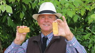Auctioneer Philippe Rouillac with gold bars, May 2020