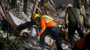 Lực lượng cứu hộ tìm kiếm người bị nạn sau trận động đất mạnh hơn 7 độ Richter tại thủ đô Mêhicô ngày 19/09/2017.