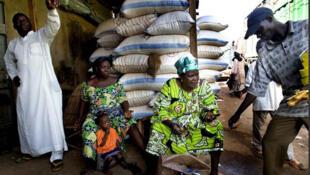 Un grossiste en céréales sur un marché au Burkina Faso.