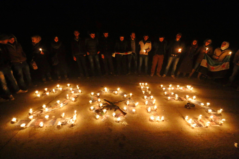 Một lễ tuworng niệm nạn nhân cuộc chiến tranh Syria đêm giao thừa bước sang năm 2015, trong khu phố  Salah ad-Din tại Alep, Syria.