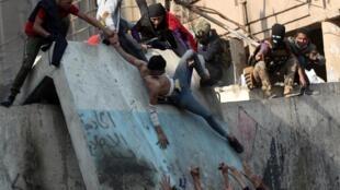 تظاهرات مسالمت آمیز شهر جنوبی حِلّه هم دیشب به خشونت کشیده شد و این خشونت به زخمی شدن ۶۰ معترض انجامید.