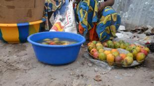 Une vendeuse de mangues à Kinshasa en RDC.